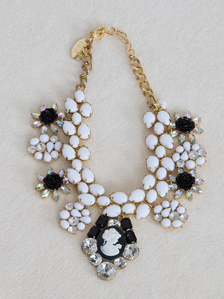 Collar de flores y brillantes